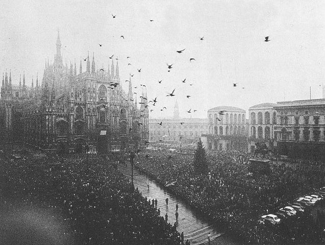 Piazza del Duomo il giorno del funerale delle vittime.