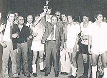 Il presidente Orfeo Pianelli, artefice della rinascita granata negli anni 1960 e 1970, festeggia con la squadra la conquista della Coppa Italia nell'annata 1970-1971.