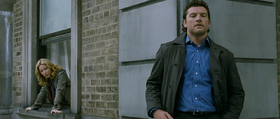 Elizabeth Banks e Sam Worthington in una scena del film