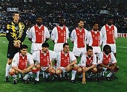 van der Sar (in piedi, primo da sinistra) all'Ajax nella stagione 1995-1996