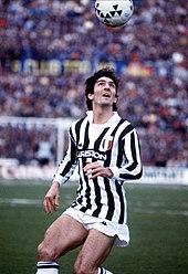 Rossi, qui durante la sua militanza alla Juventus nei primi anni 1980, controlla il pallone di testa, fondamentale in cui eccelleva.
