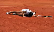 Francesca Schiavone bacia la terra rossa del Roland Garros dopo la sua vittoria (2010)