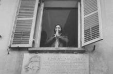 Kabir Bedi nel 1976 saluta un gruppo di fan dall'ultima abitazione di Emilio Salgari a Torino in corso Casale 205.