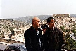 Da sinistra: Zingaretti nei panni di Salvo Montalbano, insieme a Peppino Mazzotta, sul set dell'omonima serie televisiva nel 1998.