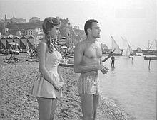 Scena del film commedia Cerasella (1959) che segna il debutto di Claudia Mori, quindicenne, al suo fianco è Mario Girotti (Terence Hill)