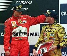 Da destra: Ralf Schumacher riceve i complimenti del fratello Michael sul podio del Gran Premio d'Italia 1998.
