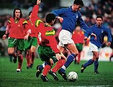 Dino Baggio in nazionale nel 1993, pressato da un avversario portoghese.