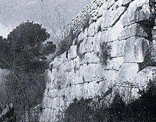 Mura megalitiche osco-sannite (VIII secolo a.C.) sulla collina del castello.