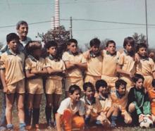 Buffon da bambino (in piedi, primo da sinistra) con la maglia dei