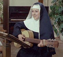 Orietta Berti mentre canta le canzoni di Suor Sorriso.