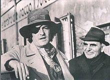Attilio Bertolucci in compagnia del figlio Bernardo, nel 1975, durante le riprese del film Novecento