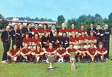 Il Milan posa con la Coppa delle Coppe e la Coppa Italia vinte nella stagione 1972-1973