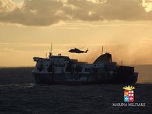Un EH-101 presta soccorso al Norman Atlantic sul tramonto del 28 dicembre 2014.