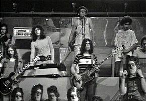 Franco Battiato durante un'esibizione con il suo gruppo, i Battiato Pollution, nel 1972.