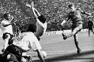 Totti realizza il suo primo gol in Serie A al Foggia il 4 settembre 1994