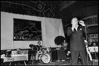Mario Merola durante uno spettacolo a Milano nel 1982