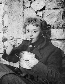Giulietta Masina nei panni di Gelsomina, nel film La strada
