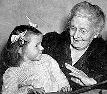 Maria Montessori con una bambina