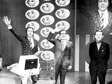 Mike Bongiorno e i concorrenti Andrea Fabbricatore e Roberto Bambagioni durante una puntata del 1971.