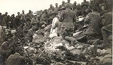 Soldati italiani in preghiera sulla cima dell'Ortigara