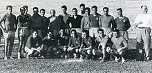 Maldini e l'allenatore Nereo Rocco (in piedi, al centro) nella Triestina della stagione 1953-1954