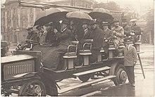 Viaggio turistico d'altri tempi con un omnibus a Monaco di Baviera nel 1903.