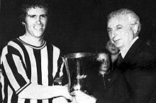 Bobby Moncur riceve da Artemio Franchi la Coppa Anglo-Italiana 1973, il Newcastle United il 3 giugno a Firenze superò in finale per 2-1 la Fiorentina.