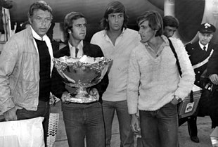 Da sinistra: il capitano non giocatore Pietrangeli, Bertolucci, Panatta e Barazzutti posano con il trofeo della Coppa Davis 1976.