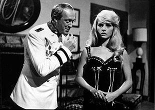 Raimondo Vianello con Virna Lisi in una scena del film Il giorno più corto (1962).