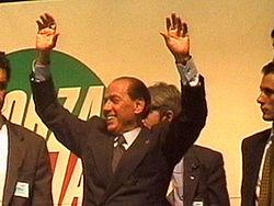 Silvio Berlusconi sul palco al DatchForum, nel giugno 1995