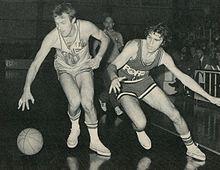 Recalcati (a destra), con la maglia della Forst Cantù, in lotta con Aldo Ossola, in maglia Ignis