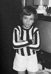 Un Ramazzotti bambino, qui con la maglia della sua squadra del cuore, la Juventus.