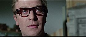 Michael Caine interpreta Harry Palmer nel film Ipcress
