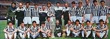 La Juventus posa con la Coppa UEFA e la Coppa Italia vinte nella stagione 1989-1990