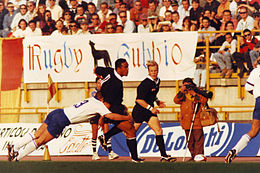 Lomu, placcato da Stefano Bordon, durante un test match a Bologna nel 1995 tra Italia e All Blacks