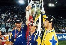 Ravanelli, Deschamps e Rampulla festeggiano la vittoria della Juventus nella Champions League 1995-1996.