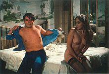Christian De Sica ed Eleonora Giorgi in Conviene far bene l'amore (1975)