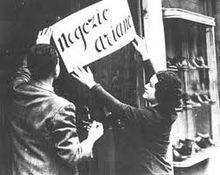 Apposizione di un cartello con la scritta