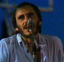 Vecchioni durante un concerto nel 1979