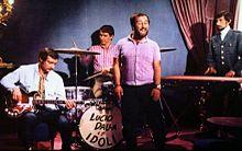 Gli Idoli accompagnano Lucio Dalla nel 1967, sono visibili da sinistra a destra Emanuele Ardemagni al basso, Giorgio Lecardi alla batteria e Bruno Cabassi alle tastiere