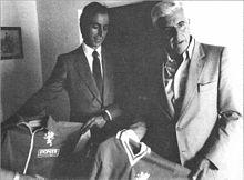 Franco D'Attoma (a destra), presidente del Perugia negli anni 1970, presenta sul finire del decennio il nuovo abbigliamento dei biancorossi, con lo sponsor
