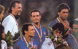 Ancelotti (a destra) in azzurro, sul podio dei Mondiali di Italia '90.