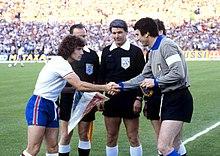Kevin Keegan e Dino Zoff, i due capitani di Inghilterra e Italia al campionato d'Europa 1980, prendono parte al sorteggio iniziale per stabilire quale squadra sceglierà la propria metà campo e batterà il calcio d'inizio.
