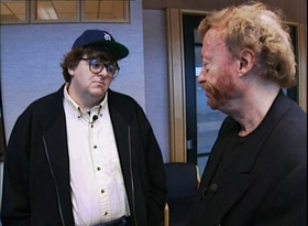 Michael Moore e Phil Knight in una scena del film