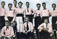 I fondatori-giocatori dello Sport-Club Juventus nel biennio 1897-1898 con indosso l'originaria divisa rosanero