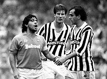 Laudrup nel 1985 tra l'argentino Diego Armando Maradona (a sinistra) e il francese Michel Platini (a destra): tre dei maggiori fuoriclasse del calcio internazionale del decennio.