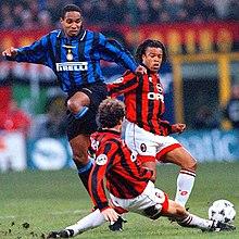 Davids (al centro) in azione al Milan nel 1996, nel corso del derby di Milano.