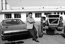 Ferruccio Lamborghini fra una Jarama e un trattore agricolo.