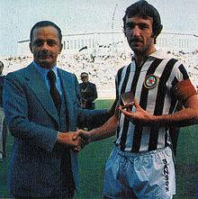Teofilo Sanson (a sinistra), patron dell'Udinese negli anni 1970, assieme a un suo giocatore, questo indossa degl'insoliti – all'epoca – pantaloncini sponsorizzati, brevemente sfoggiati dai friulani nel 1978-1979.