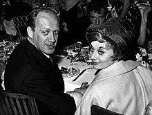 Raimondo Vianello con Sandra Mondaini nel giorno del matrimonio, seduto di fronte, è riconoscibile Ugo Tognazzi.